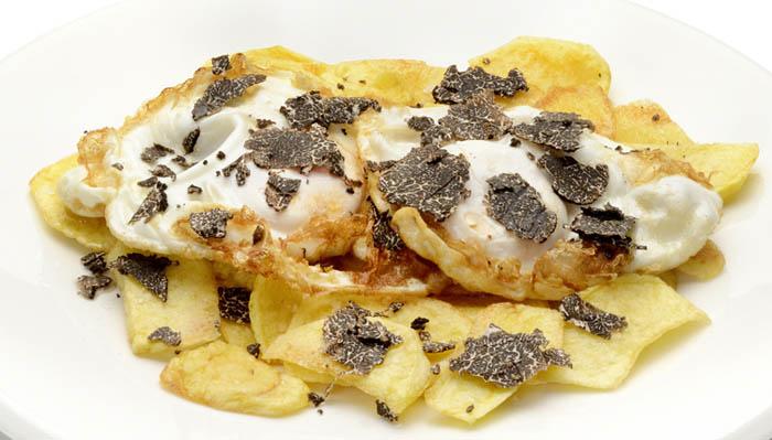 Huevos trufados con patatas