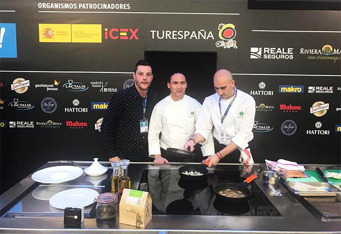Eduardo Ramos, director comercial de Trufato, con los chefs José Ignacio Acirón y Leandro Casas en Madrid Fusión. Foto: Restaurante Gayarre